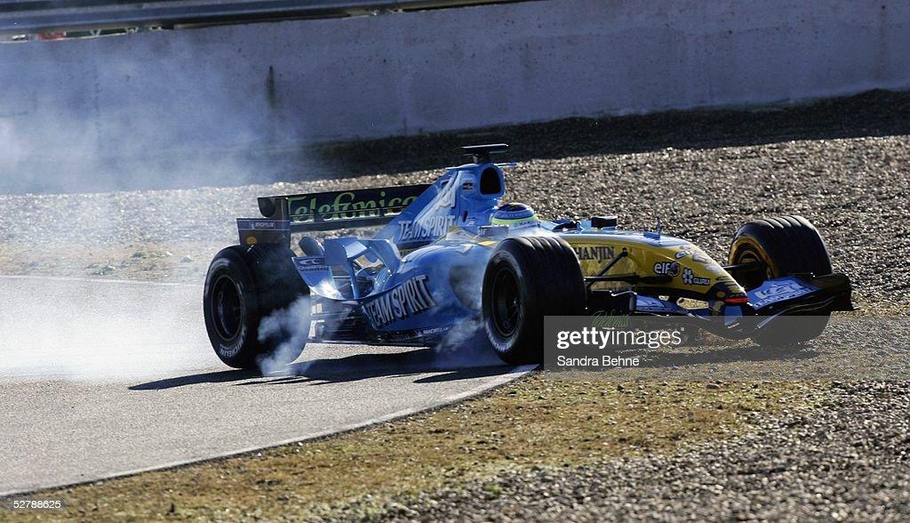 Testfahrten 2005, Jerez, 07.02.05;Giancarlo FISICHELLA/Renault fShrt ins Kiesbett