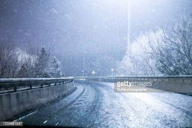 motorway  snow night - 吹雪 ストックフォトと画像