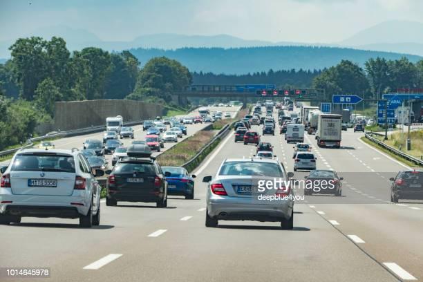 autobahnverkehr auf der a9 in richtung österreich - fernverkehr stock-fotos und bilder