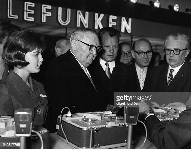 Motto der XIII Deutschen Industrieausstellung Berlin 1962 'Partner des Fortschritts' Bundesminister Ludwig Erhardt mit Willy Brandt nach der...