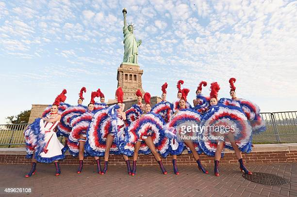 moulin rouge dancers visit the statue of liberty ストックフォトと