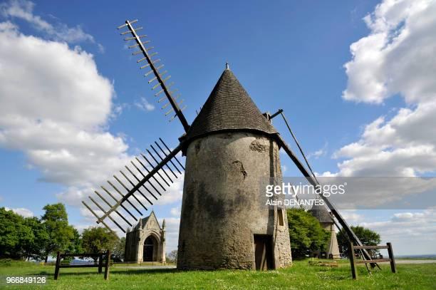 Moulin à vent au sommet du Mont des Alouettes, lieu historique des Guerres de Vendée offrant un panorama sur le bocage vendeen, situé aux Herbiers à...