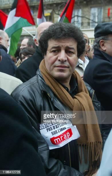 Mouloud Aounit, président du MRAP, manifeste parmi plusieurs centaines de personnes, le 14 décembre 2002 à Paris, dans le cadre d'une journée...