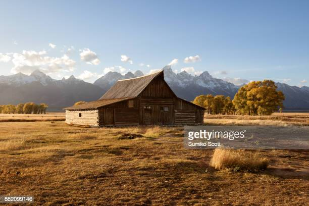 moulton barn at sunset, grand teton national park, wyoming - el lejano oeste fotografías e imágenes de stock