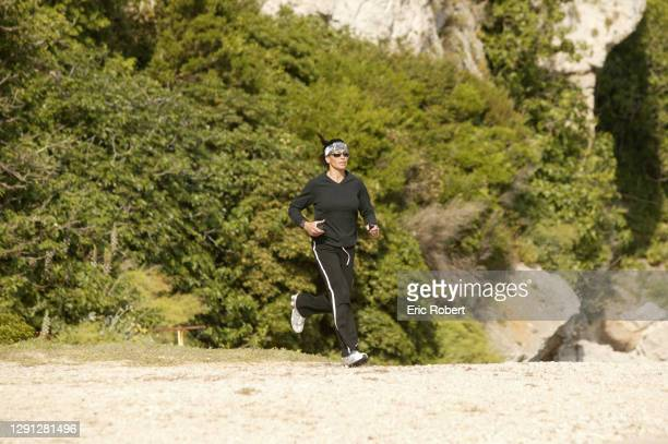 Mouna Ayoub en train de faire son jogging.