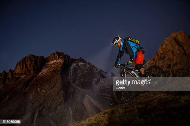 mounatinbiker dans la nuit en descente