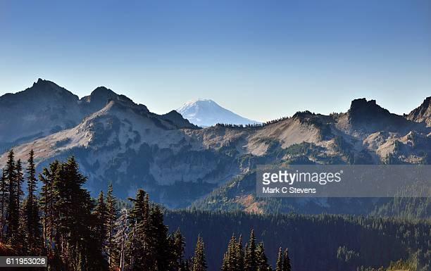 mount adams beyond the peaks of the tatoosh range - pinnacle peak stock-fotos und bilder