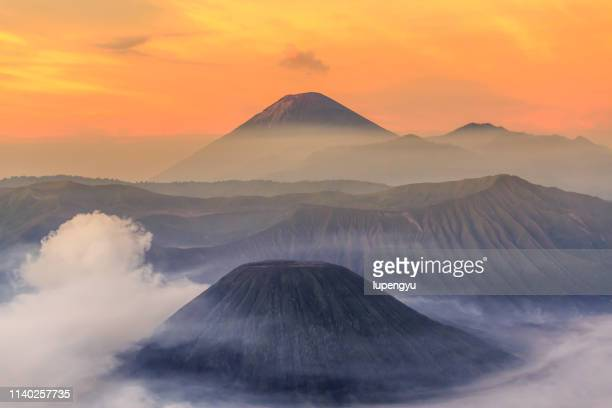 mount bromo dramatic sunrise ,indonesia - vulkan stock-fotos und bilder