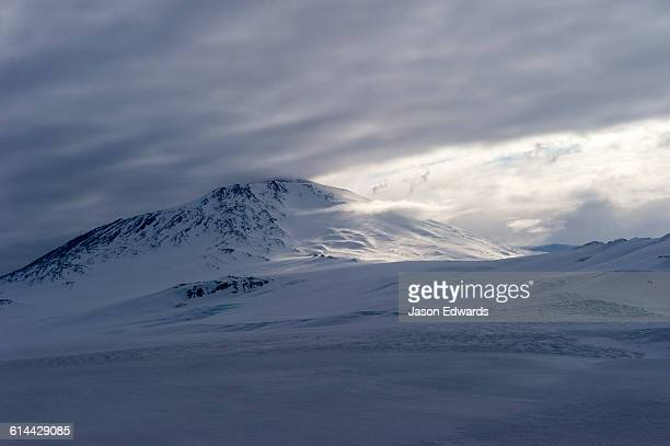 a storm descends over the summit of mount erebus an active volcano in antarctica. - ross ice shelf stock photos and pictures