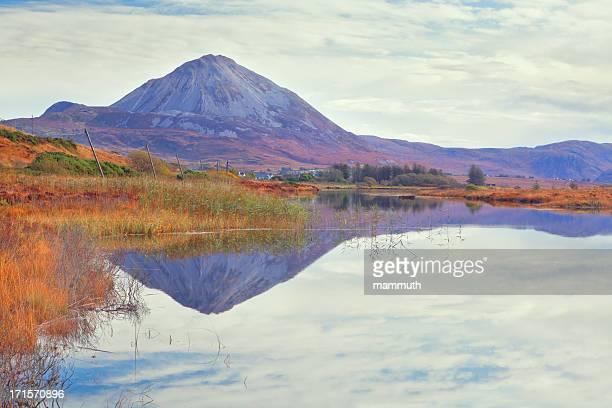 monte errigal in donegal, irlanda - contea di donegal foto e immagini stock
