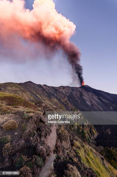 mount etna volcano erupting, catania, sicily, italy - mt etna stock pictures, royalty-free photos & images