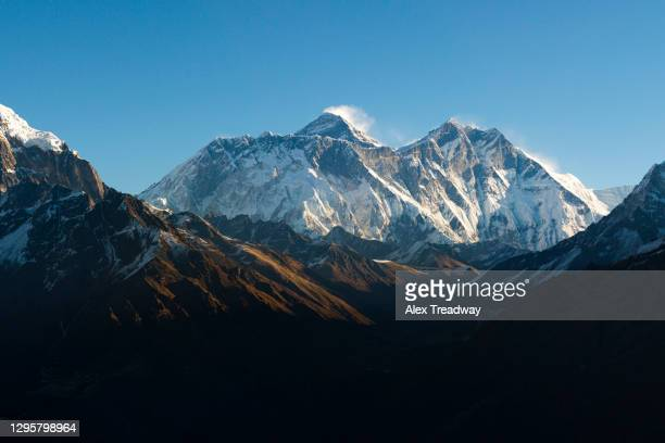 mount everest seen here from yeti mountain home at kongde - khumbu stock pictures, royalty-free photos & images