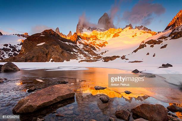 mount fitz roy at sunrise, patagonia - snowcapped mountain stock pictures, royalty-free photos & images