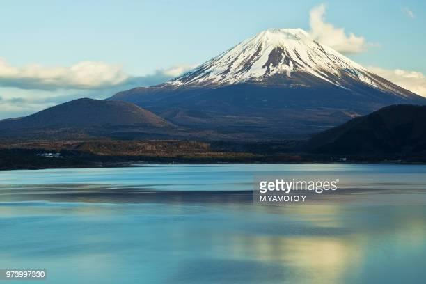mount fuji from lake yamanaka in japan. - miyamoto y ストックフォトと画像