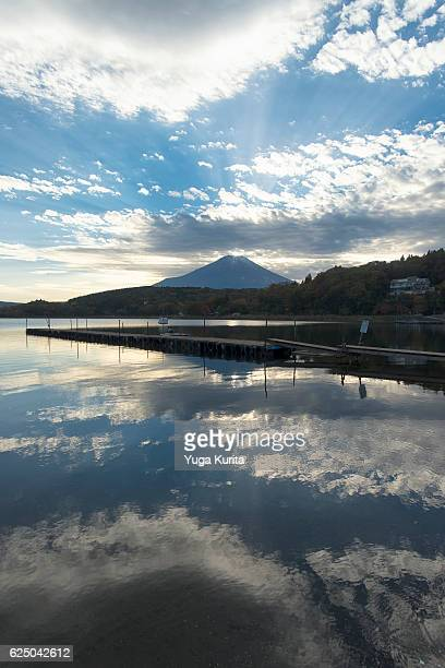 mount fuji reflected in lake yamanaka with a small diamond on the top - ダイヤモンド富士 ストックフォトと画像