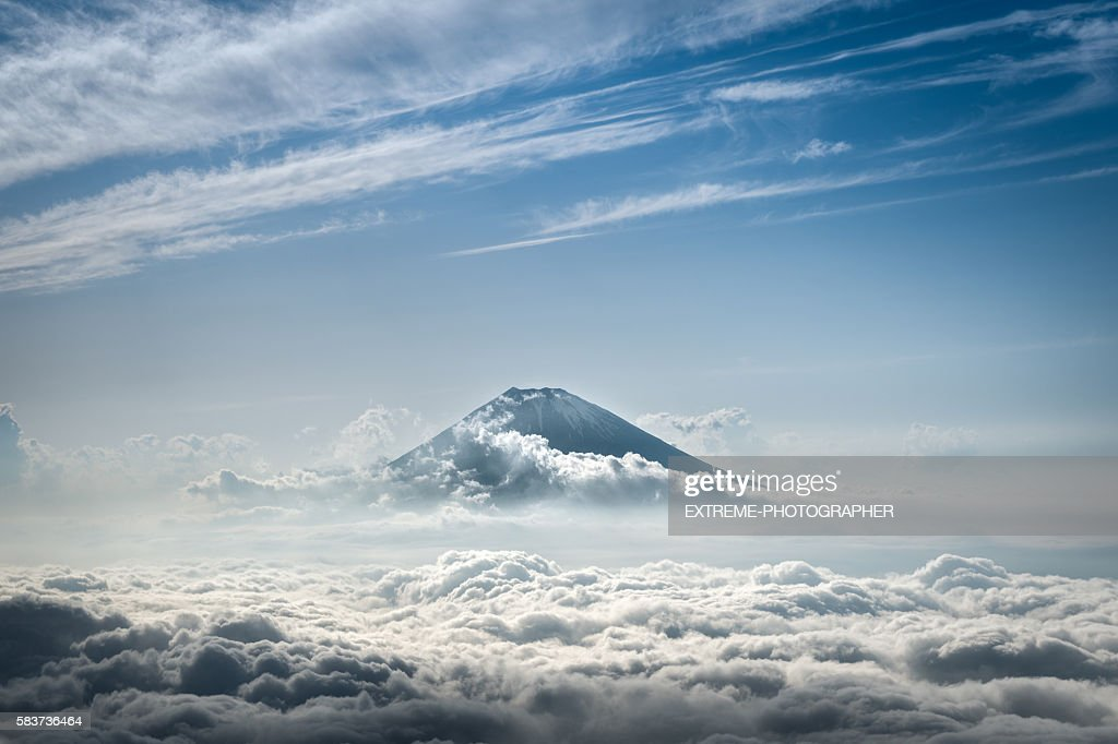 Mount Fuji rising above the clouds : Stock-Foto