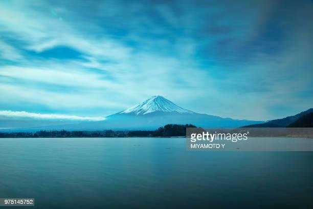 mount fuji under a cloudy sky, japan. - miyamoto y ストックフォトと画像