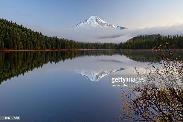 mount hood at trillium lake - mt hood stock pictures, royalty-free photos & images