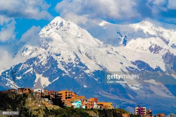 mount illimani towering over a neighborhood of la paz, bolivia - bolivia foto e immagini stock