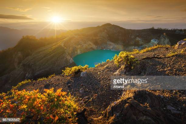 mount kelimutu, east nusa tenggara, indonesia - flores indonesia fotografías e imágenes de stock