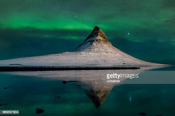 Berg Kirkjufell in Island mit Aurora borealis