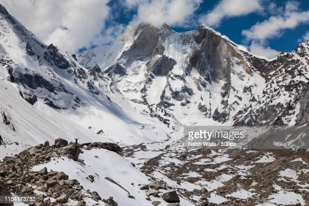mount meru with its glacier - meru filme stock-fotos und bilder
