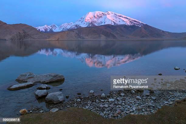 mount muztag ata, the father of ice mountains, and the karakul lake, on the pamirs plateau, taxkorgan, kashgar, xinjiang, china - k2 mountain stock pictures, royalty-free photos & images