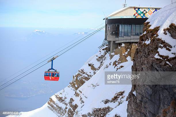 mount nahegelegenen berge pilatus cable car - gondel stock-fotos und bilder