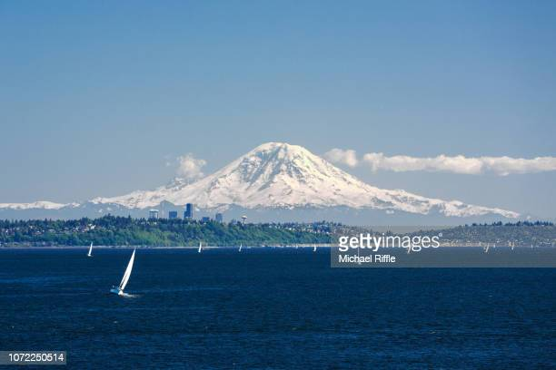 mount rainier towering over seattle, puget sound, and sailboats on a sunny day, washington state - puget sound stock pictures, royalty-free photos & images