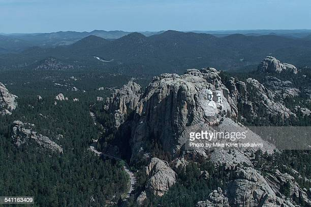 mount rushmore fly by - black hills - fotografias e filmes do acervo