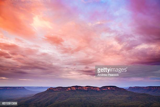 mount solitary from sublime point, blue mountains - katoomba stock pictures, royalty-free photos & images
