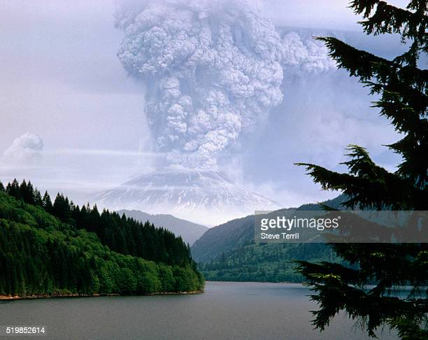 mount st. helens erupting - mount st. helens stock pictures, royalty-free photos & images