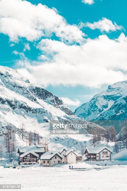 mountain alpine village in winter - chalet de montagne photos et images de collection