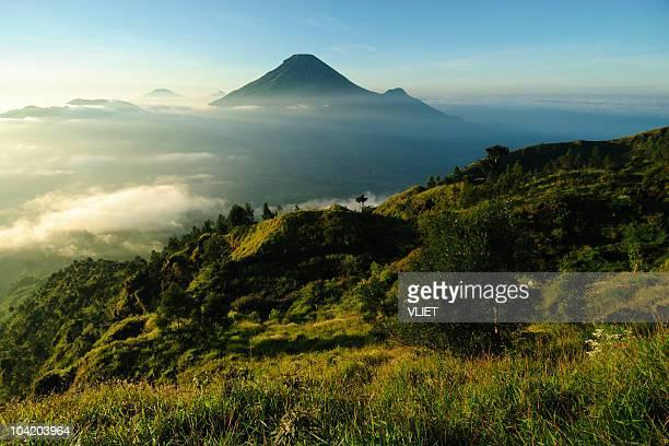 Vulcano e montagna paesaggio in Indonesia all'alba