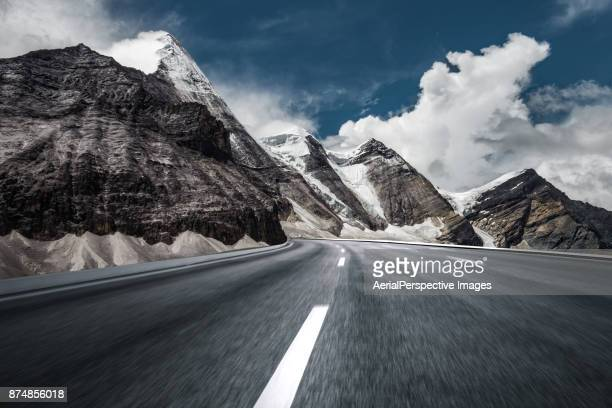 mountain asphalt road - mountain road stock pictures, royalty-free photos & images