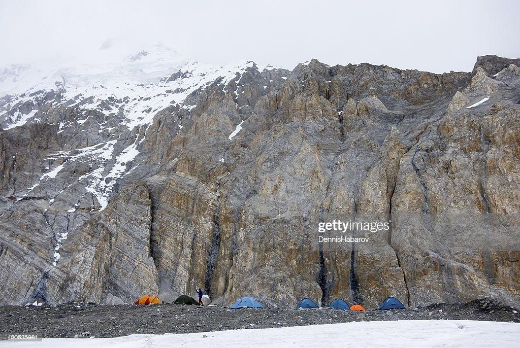 Mountain-Basislager von mehreren Zelte : Stock-Foto