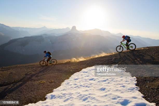 mountain bike aventura canadá - rivalidad fotografías e imágenes de stock