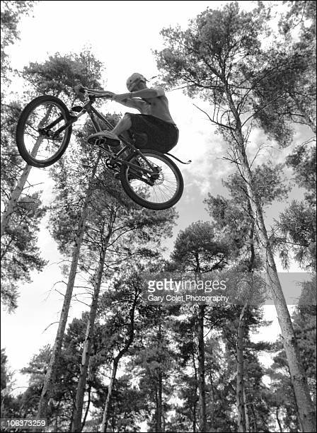 mountain bike aerial jump - gary colet stock pictures, royalty-free photos & images