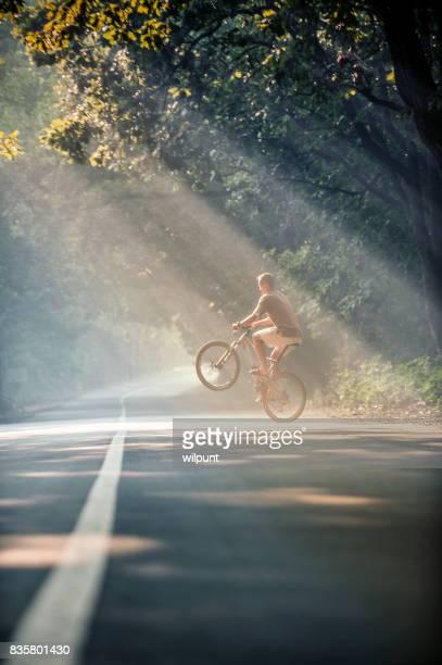 Mountain bike morgon ljus wheelie