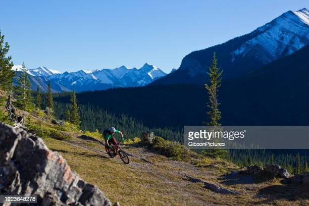 マウンテンバイクライドカナダ - 男子自転車 ストックフォトと画像