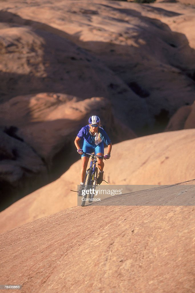 Mountain biker ascending Slickrock Trail , Moab , Utah : Stockfoto