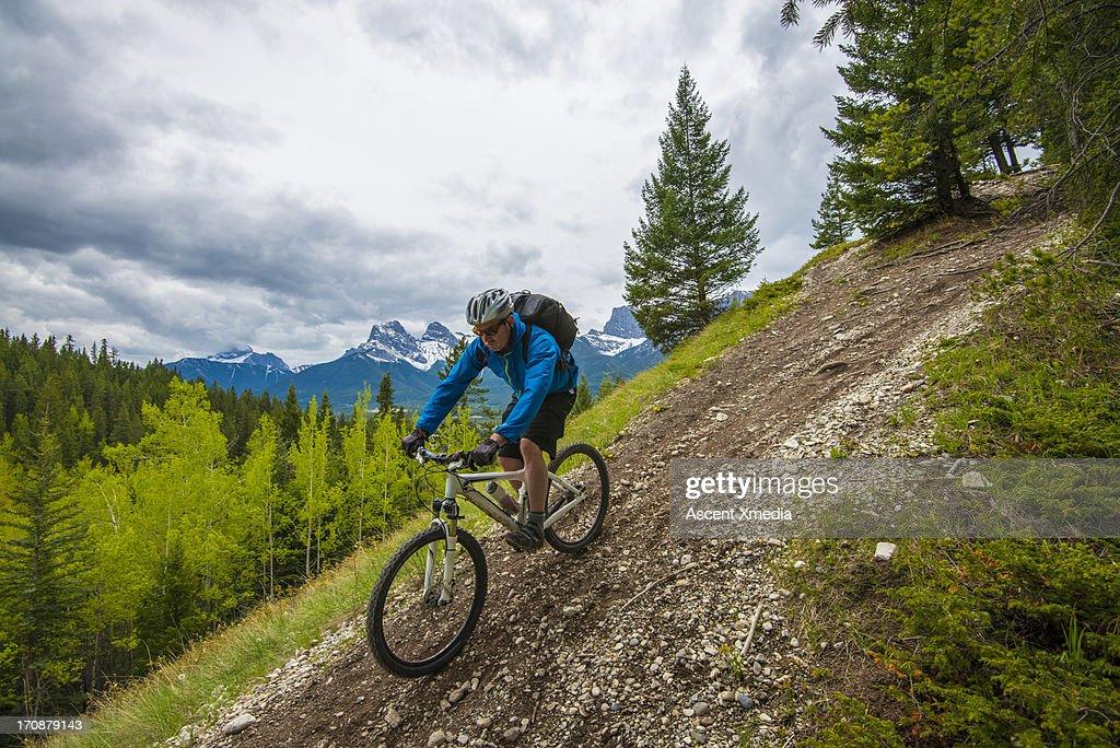 Mountain biker decends steep trail, mtns : Foto de stock