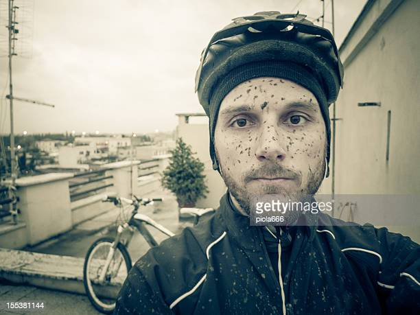 Ciclista di Mountain bike sporco e stanco dopo un giro