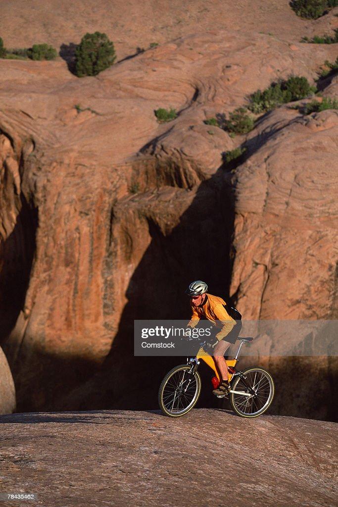 Mountain biker on Slickrock Trail at Moab , UT : Foto de stock