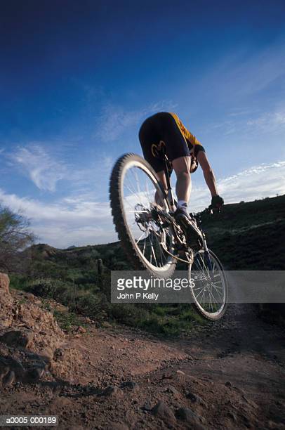 mountain biker - human powered vehicle fotografías e imágenes de stock