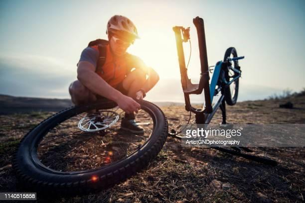 パンクを修理するマウンテンバイク。 - マウンテンバイキング ストックフォトと画像