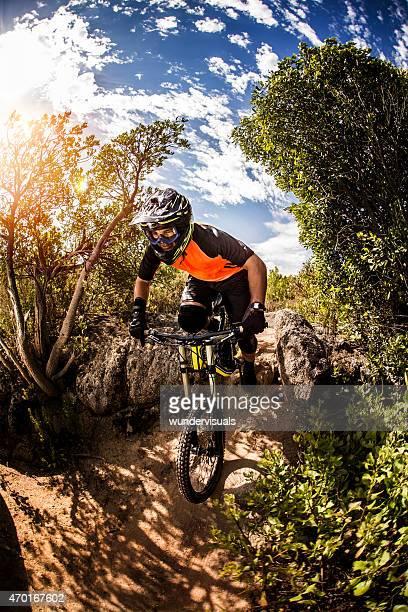 downhill-Mountainbiker Reiten auf einem über off-road trail