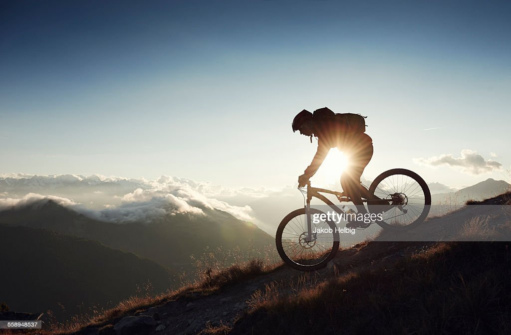 Mountain biker riding downhill, Valais, Switzerland : Foto de stock