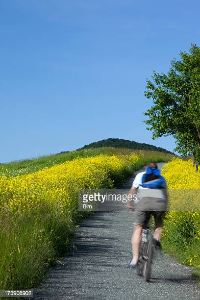 Mountain Biker Reiten in der Landschaft