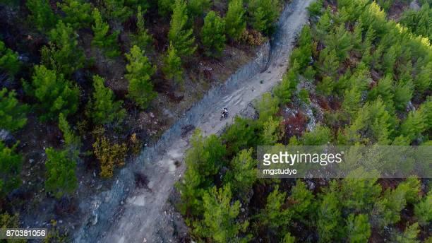 Mountain Biker rijden op een zandweg luchtfoto fotografie